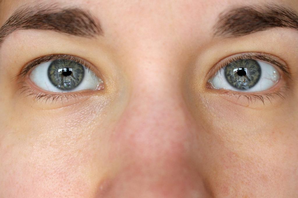 Ohne Wimpernverlängerung ungeschminkt